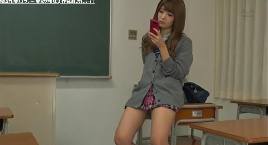 机に座っている女子高生