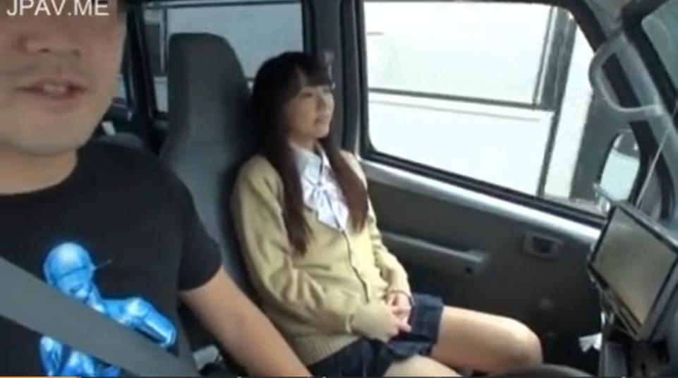 助手席に座っている女の子