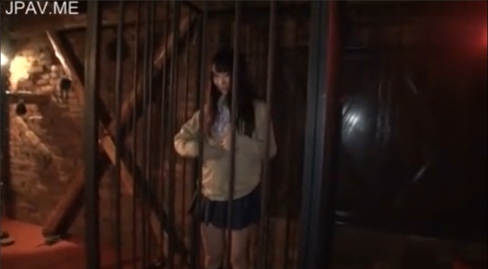 牢屋に閉じ込められた女子高生