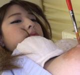 乳首をいじられる女子高生